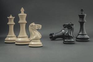 pièces d'échecs sur fond gris foncé