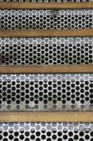 escaliers en métal avec des trous