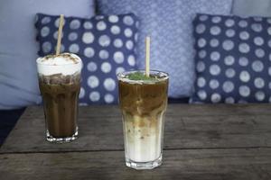 boisson au café glacé sur table en bois