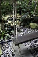 balançoire en bois dans un jardin