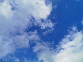 ciel bleu avec des nuages blancs