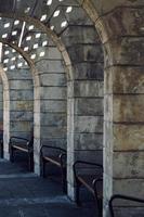 L'architecture de la colonne dans la rue dans la ville de Bilbao, Espagne photo