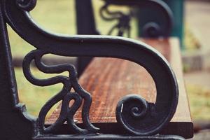 Banc en bois sur le banc streetwooden dans la rue photo