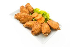 ailes de poulet frit sur une assiette blanche photo
