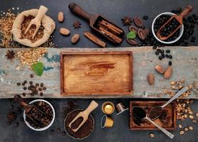 café torréfié et boîte en bois rustique photo