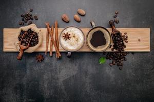 tasses de café avec des grains de café et des saveurs