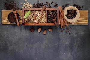 planche de bois avec des grains de café torréfiés dessus