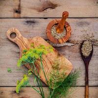 pose plate de graines de fenouil et de fenouil photo