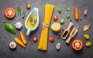 Vue de dessus de l'ingrédient spaghetti frais photo