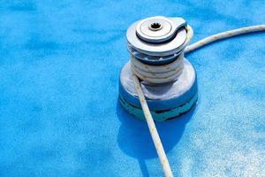 treuil pour voilier et gros plan de corde photo