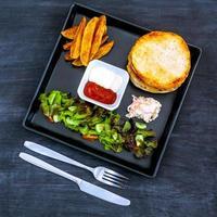 burger sur une assiette photo