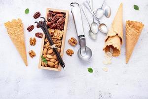 Cornets de crème glacée et noix sur béton photo