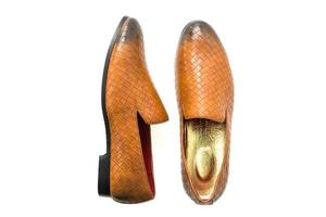 chaussures en cuir sur fond blanc