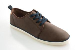 chaussure en cuir sur fond blanc