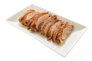 Viande de canard grillée sur plaque blanche photo