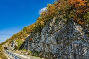 Route dans les gorges du Danube à Djerdap à la frontière serbo-roumaine photo