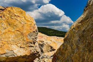 Rochers de pierre à la gorge du Danube à Djerdap sur la frontière serbo-roumaine photo