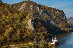 Monastère de Mraconia sur le côté roumain de la gorge de Djerdap du Danube photo