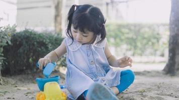 fille jouant dans le sable photo