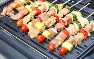 brochettes sur un barbecue photo