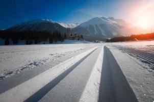 skis nordiques sur les alpes suisses photo