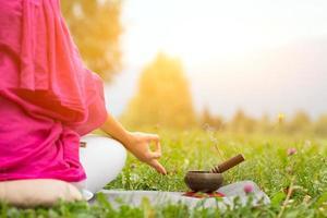 position de yoga avec cloche tibétaine photo