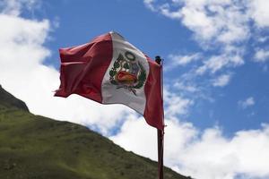 agitant le drapeau péruvien photo