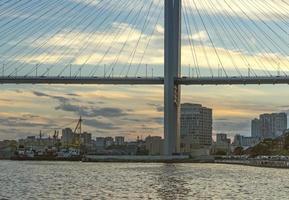 Paysage urbain du pont d'or et de la baie de la corne d'or à Vladivostok, Russie