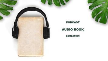 concept de livre audio ou de podcast sur fond blanc photo