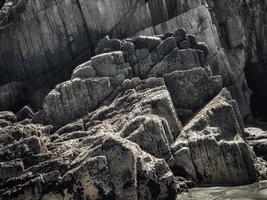 rochers à bords droits à marée basse d'une plage sur la côte asturienne photo