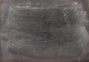 Craie effacée sur un fond de tableau noir photo