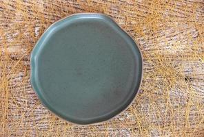 Vue de dessus d'une assiette en céramique vide sur un fond de table en bois photo