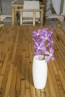 arrangement floral rose sur une table