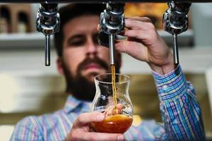bière brune à la pression photo