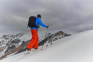 randonnee seul sur les pistes de ski photo