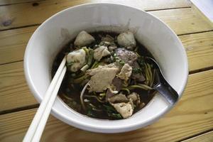 soupe de porc aux nouilles à la thaïlandaise photo