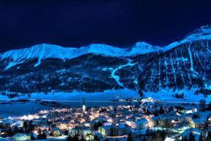 zuoz - engadine-suisse près de st moritz dans une nuit d'hiver