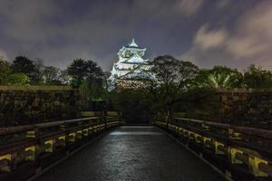 Château d'Osaka et pont gokurakubashi au crépuscule en saison d'automne, Osaka, Japon photo