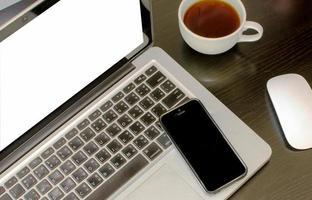 maquette d'écran d'ordinateur portable dans un bureau photo