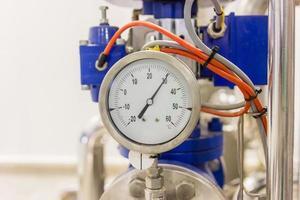 Gros plan du manomètre, des tuyaux et des vannes à l'usine de fabrication de l'industrie pharmaceutique