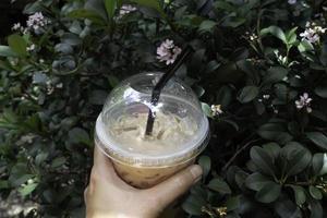 main sur une boisson au café glacé
