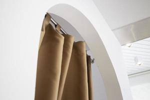 rideau doux dans une salle blanche moderne photo