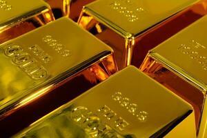 Close up de lingots d'or brillant sur fond blanc