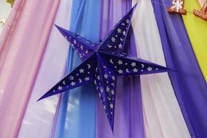 décoration étoile bleue avec fond de tissu coloré photo