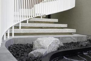 Immeuble de bureaux escalier courbe blanche photo