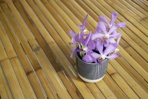arrangement de fleurs violettes photo