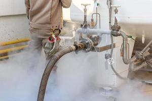 Chargement de l'azote liquide des travailleurs avec réservoir de stockage d'azote à la nouvelle usine