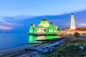 Malacca, Malaisie 2016 - Mosquée du détroit de Melaka à Malacca prise pendant le coucher du soleil