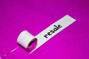 Texte de revente, inspiration, motivation et concept d'entreprise sur papier déchiré violet