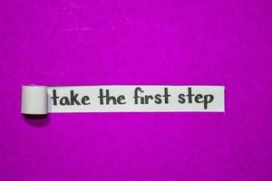 Prenez le texte de la première étape, l'inspiration, la motivation et le concept d'entreprise sur papier déchiré violet photo